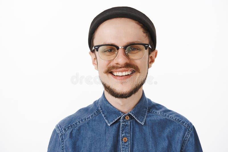 Κινηματογράφηση σε πρώτο πλάνο που πυροβολείται του ευτυχούς ευχαριστημένου γοητευτικού νέου γενειοφόρου ατόμου με το moustache σ στοκ εικόνες