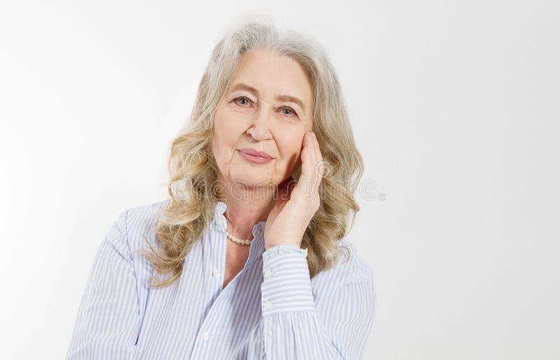 Κινηματογράφηση σε πρώτο πλάνο προσώπου ρυτίδων γυναικών χαμόγελου του ανώτερου και της γκρίζας τρίχας Γηραιή ώριμη κυρία σχετικά στοκ φωτογραφία με δικαίωμα ελεύθερης χρήσης