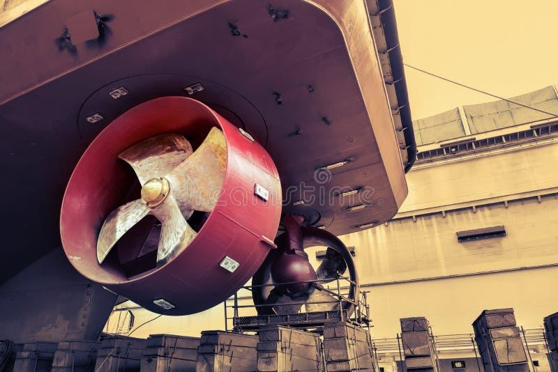 Κινηματογράφηση σε πρώτο πλάνο προωστήρων ναυπηγείων κατά τη διάρκεια της επισκευής σκαφών στοκ εικόνα