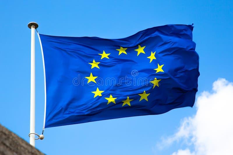 Κινηματογράφηση σε πρώτο πλάνο σημαιών της ΕΕ στο μπλε ουρανό υποβάθρ στοκ εικόνες