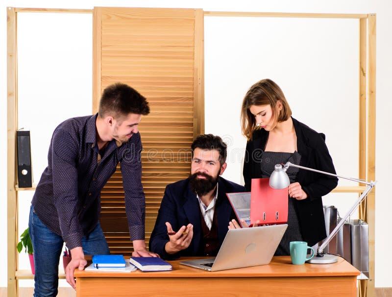 Κινηματογράφηση σε πρώτο πλάνο στη συζήτηση Ομάδα συζήτησης που εργάζεται και που επικοινωνεί στο γραφείο γραφείων μαζί με τους σ στοκ φωτογραφίες με δικαίωμα ελεύθερης χρήσης