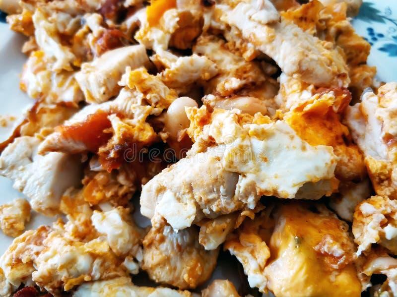 Κινηματογράφηση σε πρώτο πλάνο τηγανισμένα αυγά με τα πουλερικά και τα φασόλια στοκ φωτογραφίες