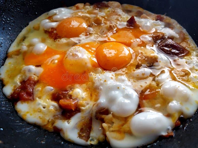 Κινηματογράφηση σε πρώτο πλάνο τηγανισμένα αυγά με τα πουλερικά και τα φασόλια Brea τροφής στοκ εικόνες