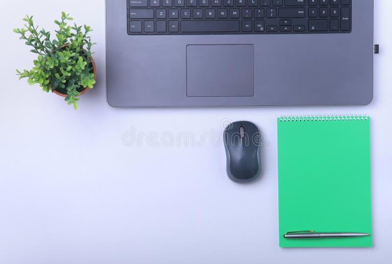Κινηματογράφηση σε πρώτο πλάνο της άνετης θέσης εργασίας στην αρχή με το lap-top, το ποντίκι, το σημειωματάριο, τα γυαλιά, τη μάν στοκ εικόνα με δικαίωμα ελεύθερης χρήσης