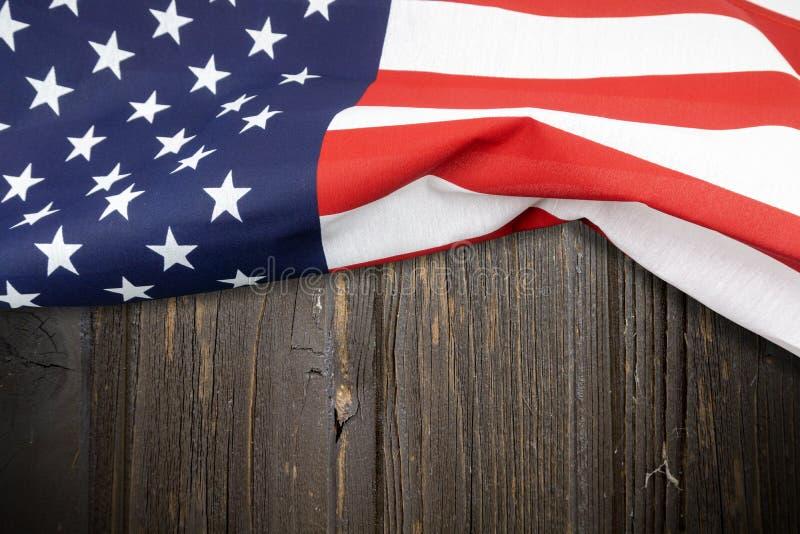 Κινηματογράφηση σε πρώτο πλάνο της αμερικανικής σημαίας στο ξύλινο υπόβαθρο στοκ φωτογραφία με δικαίωμα ελεύθερης χρήσης