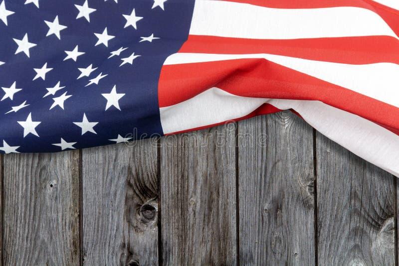 Κινηματογράφηση σε πρώτο πλάνο της αμερικανικής σημαίας στο ξύλινο υπόβαθρο στοκ φωτογραφίες