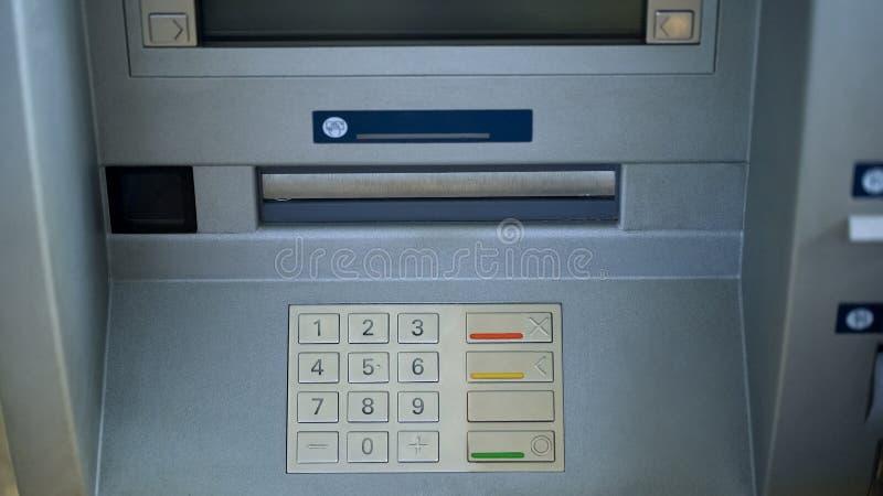 Κινηματογράφηση σε πρώτο πλάνο της αυτοματοποιημένης μηχανής αφηγητών, κουμπιά στο ATM, ασφαλής απόσυρση χρημάτων στοκ φωτογραφία με δικαίωμα ελεύθερης χρήσης