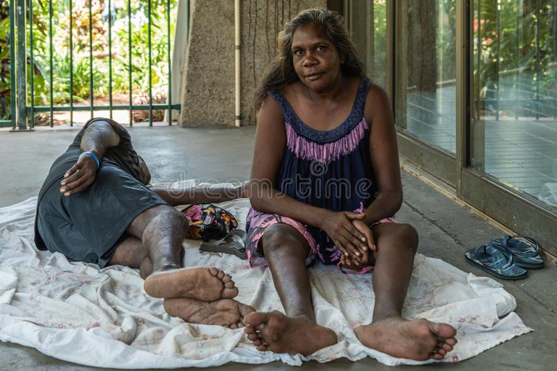 Κινηματογράφηση σε πρώτο πλάνο της αυτόχθονος συνεδρίασης και του άνδρα γυναικών που βρίσκονται, Δαρβίνος Αυστραλία στοκ φωτογραφία