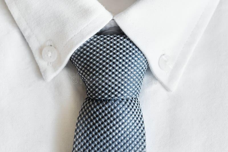 Κινηματογράφηση σε πρώτο πλάνο της γραβάτας στο άσπρο πουκάμισο στοκ φωτογραφία