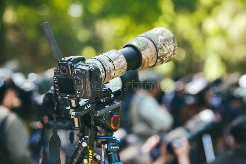 Κινηματογράφηση σε πρώτο πλάνο της κάμερας και του telephoto Nikon lense στοκ εικόνα με δικαίωμα ελεύθερης χρήσης
