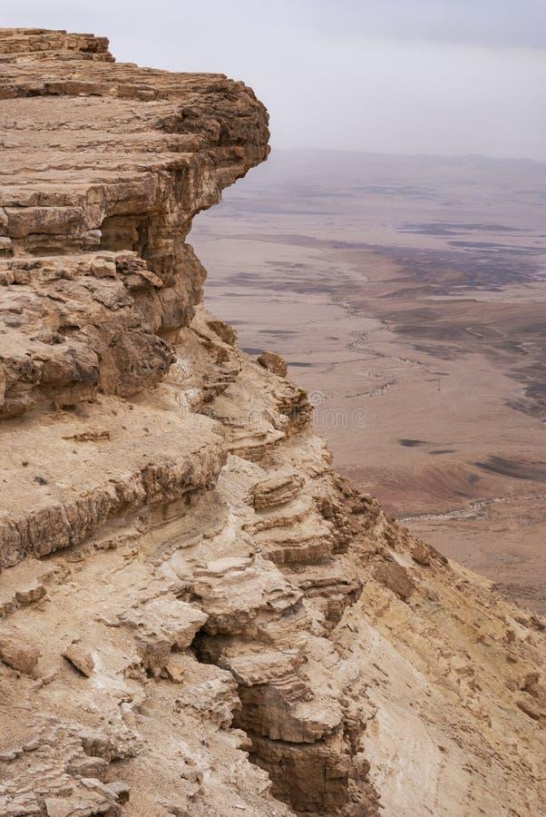 Κινηματογράφηση σε πρώτο πλάνο της κορυφής του απότομου βράχου κρατήρων Makhtesh Ramon στοκ εικόνα με δικαίωμα ελεύθερης χρήσης