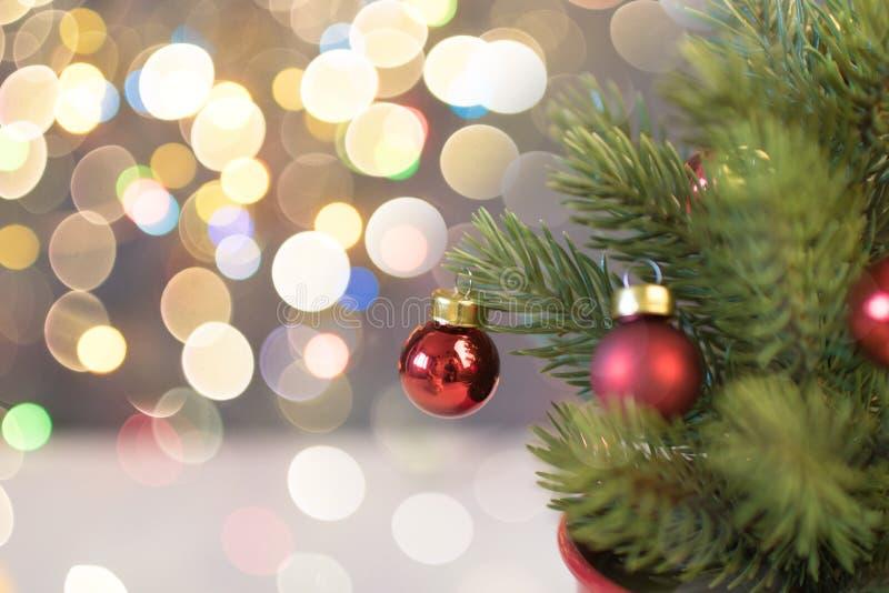 Κινηματογράφηση σε πρώτο πλάνο της κόκκινης ένωσης μπιχλιμπιδιών από ένα διακοσμημένο χριστουγεννιάτικο δέντρο Αναδρομική επίδρασ στοκ εικόνες με δικαίωμα ελεύθερης χρήσης
