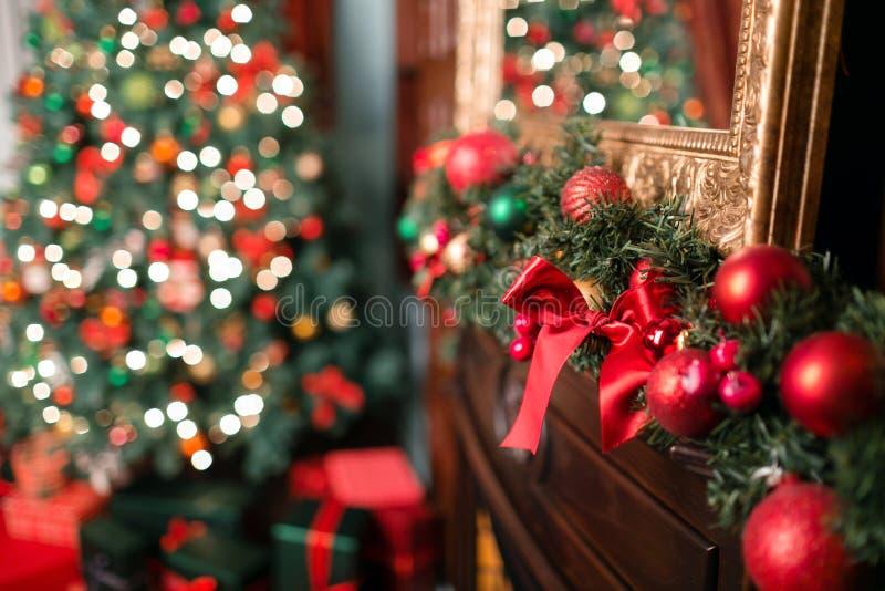 Κινηματογράφηση σε πρώτο πλάνο της κόκκινης και πράσινης ένωσης μπιχλιμπιδιών από έναν διακοσμημένο κλάδο Χριστουγέννων Το αφηρημ στοκ εικόνες με δικαίωμα ελεύθερης χρήσης
