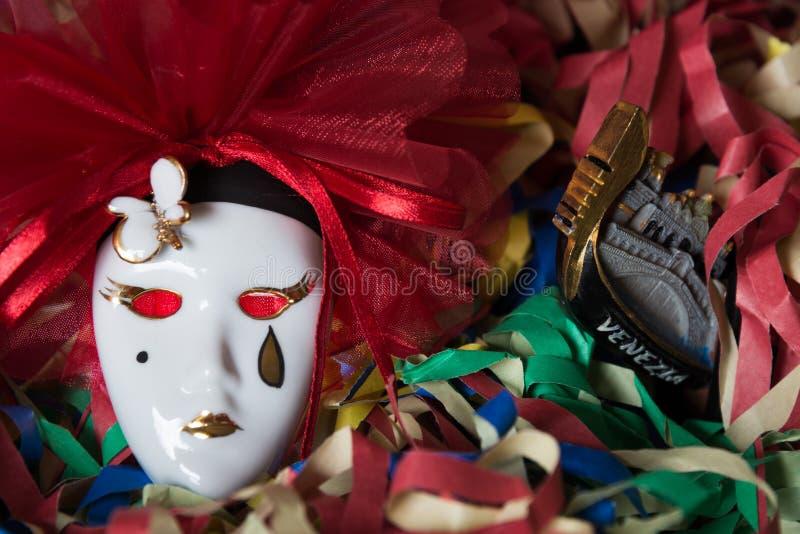 Κινηματογράφηση σε πρώτο πλάνο της μάσκας Pierrot καρναβάλι σε ένα υπόβαθρο του χρωματισμένου στρεπτόκοκκου στοκ φωτογραφία με δικαίωμα ελεύθερης χρήσης