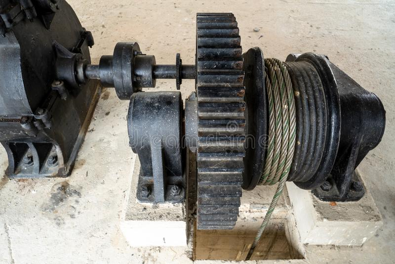 Κινηματογράφηση σε πρώτο πλάνο της μαύρης gearwheel μετάλλων μεγάλης πόρτας υδροφράκτη ελέγχου στο φράγμα ποταμών στοκ φωτογραφία με δικαίωμα ελεύθερης χρήσης