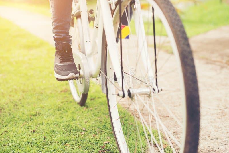 Κινηματογράφηση σε πρώτο πλάνο της νέας γυναίκας hipster που κρατά το πόδι της στο peda ποδηλάτων στοκ φωτογραφία με δικαίωμα ελεύθερης χρήσης