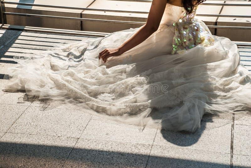 Κινηματογράφηση σε πρώτο πλάνο της νυφικής φούστας του λευκού στοκ εικόνα