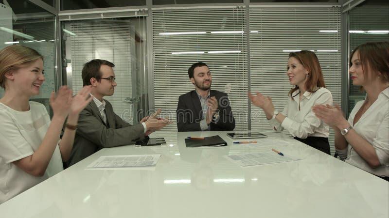 Κινηματογράφηση σε πρώτο πλάνο της ομάδας επιχειρηματιών που επιδοκιμάζουν σε μια συνεδρίαση στοκ φωτογραφία με δικαίωμα ελεύθερης χρήσης