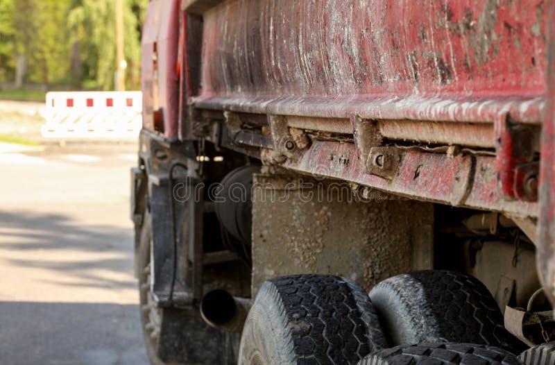 Κινηματογράφηση σε πρώτο πλάνο της παλαιάς σκουριασμένης και βρώμικης πλευράς φορτηγών, αποφλοίωση χρωμάτων στο αυτοκίνητο στοκ εικόνα