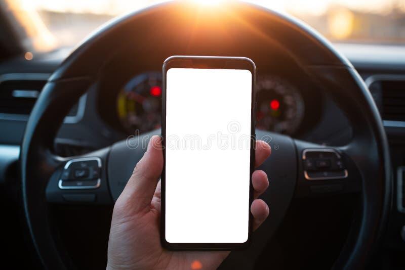 Κινηματογράφηση σε πρώτο πλάνο της παράδοσης του smartphone με το πρότυπο στο αυτοκίνητο στοκ φωτογραφίες με δικαίωμα ελεύθερης χρήσης