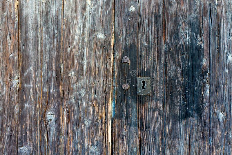 Κινηματογράφηση σε πρώτο πλάνο της πολύ παλαιάς βρώμικης ξύλινης ξεπερασμένης πόρτας στοκ εικόνες