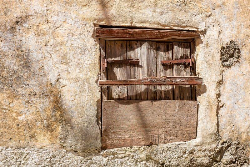 Κινηματογράφηση σε πρώτο πλάνο της πολύ παλαιάς βρώμικης ξύλινης ξεπερασμένης πόρτας στοκ εικόνες με δικαίωμα ελεύθερης χρήσης