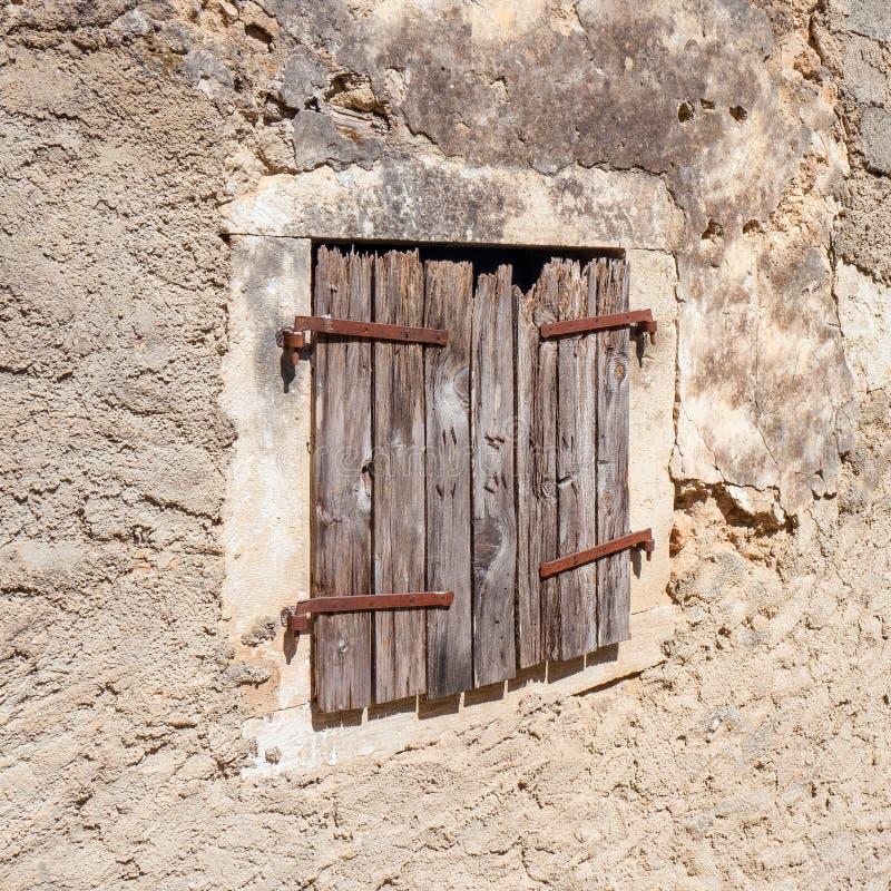 Κινηματογράφηση σε πρώτο πλάνο της πολύ παλαιάς βρώμικης ξύλινης ξεπερασμένης πόρτας στοκ φωτογραφία με δικαίωμα ελεύθερης χρήσης