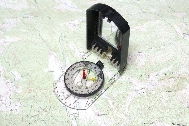 Κινηματογράφηση σε πρώτο πλάνο της πυξίδας και του χάρτη στοκ φωτογραφία με δικαίωμα ελεύθερης χρήσης