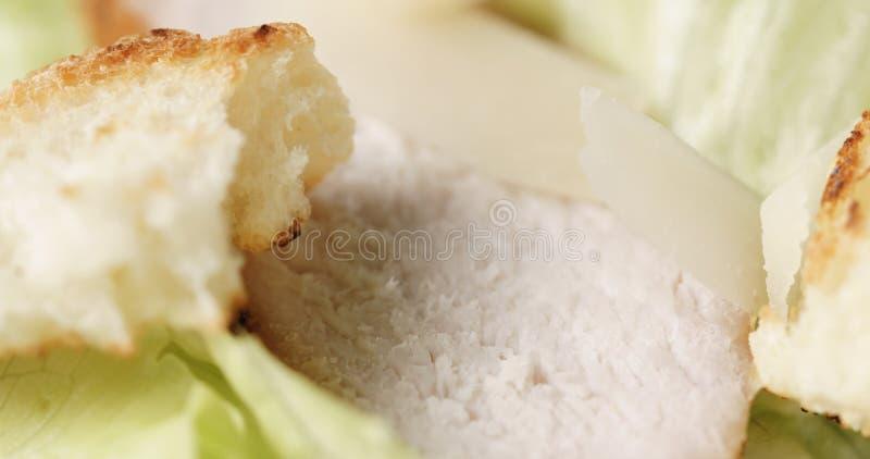 Κινηματογράφηση σε πρώτο πλάνο της σαλάτας Caesar με το κοτόπουλο στοκ φωτογραφία με δικαίωμα ελεύθερης χρήσης