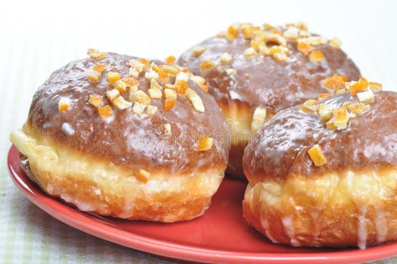 Κινηματογράφηση σε πρώτο πλάνο της στιλβωτικής ουσίας donuts. στοκ εικόνες
