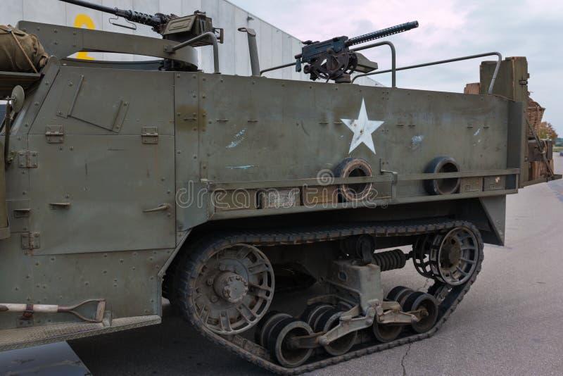 Κινηματογράφηση σε πρώτο πλάνο της στρατιωτικής διαδρομής δεξαμενών με Submachine το πυροβόλο όπλο στοκ φωτογραφία με δικαίωμα ελεύθερης χρήσης