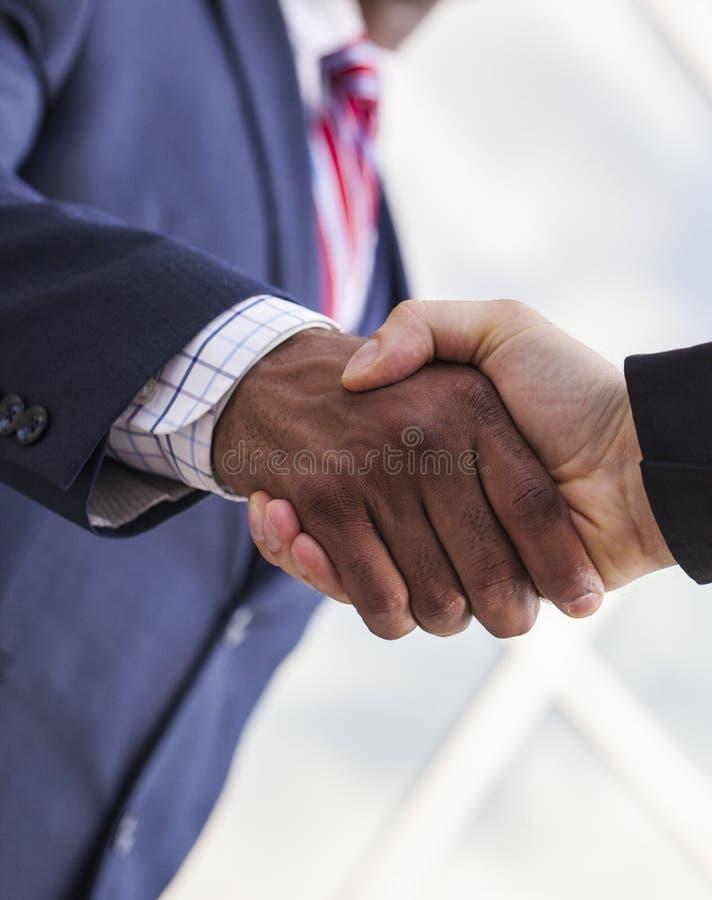 Κινηματογράφηση σε πρώτο πλάνο της χειραψίας μεταξύ δύο επιχειρηματιών στοκ εικόνα με δικαίωμα ελεύθερης χρήσης