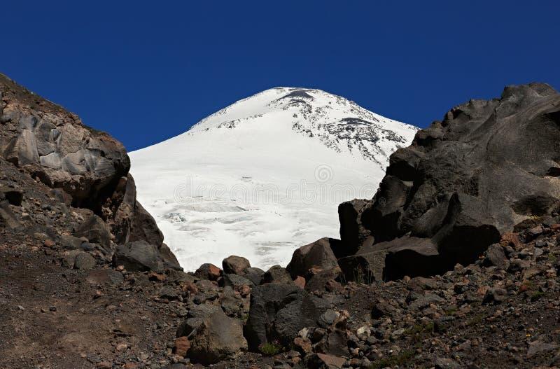 Κινηματογράφηση σε πρώτο πλάνο της χιονισμένης ανατολικής αιχμής του υποστηρίγματος Elbrus στοκ φωτογραφίες με δικαίωμα ελεύθερης χρήσης