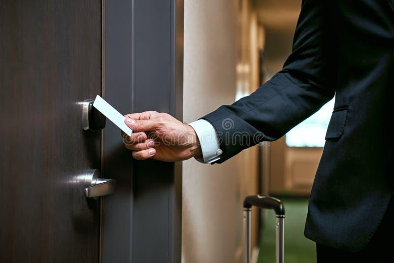 Κινηματογράφηση σε πρώτο πλάνο της χρησιμοποίησης keycard για να ανοίξει την πόρτα ή να ανιχνεύσει keycard τη ανοιχτή πόρτα για τ στοκ εικόνες