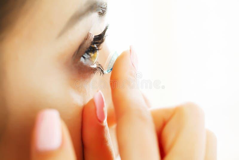 Κινηματογράφηση σε πρώτο πλάνο της όμορφης γυναίκας που εφαρμόζει το φακό ματιών στο μάτι στοκ φωτογραφία με δικαίωμα ελεύθερης χρήσης