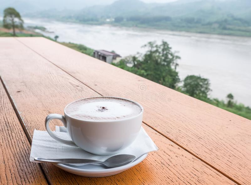 Κινηματογράφηση σε πρώτο πλάνο του άσπρου φλυτζανιού καφέ στοκ εικόνες
