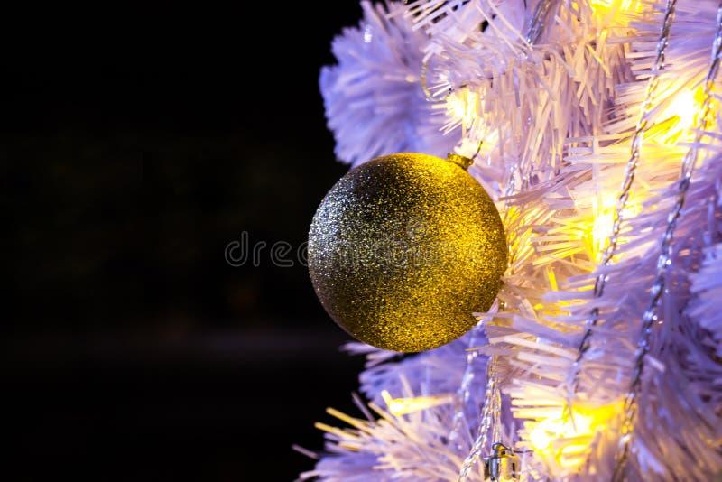 Κινηματογράφηση σε πρώτο πλάνο του άσπρου Χριστούγεννο-δέντρου με τη χρυσή σφαίρα που κρεμά decorat στοκ φωτογραφίες με δικαίωμα ελεύθερης χρήσης