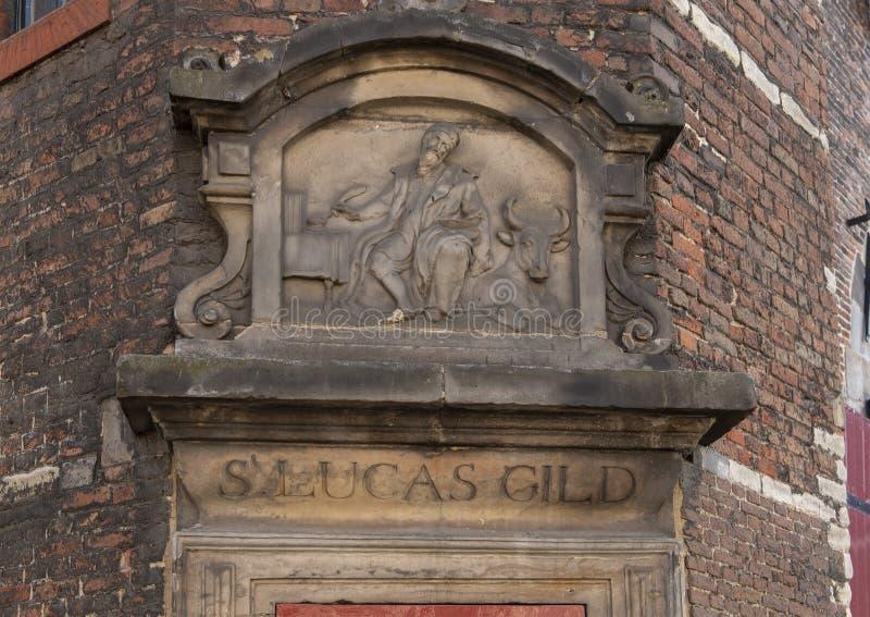 Κινηματογράφηση σε πρώτο πλάνο του αετώματος Stone για το S Σωματείο του Lucas, σπίτι Waag, Άμστερνταμ, οι Κάτω Χώρες στοκ εικόνα με δικαίωμα ελεύθερης χρήσης