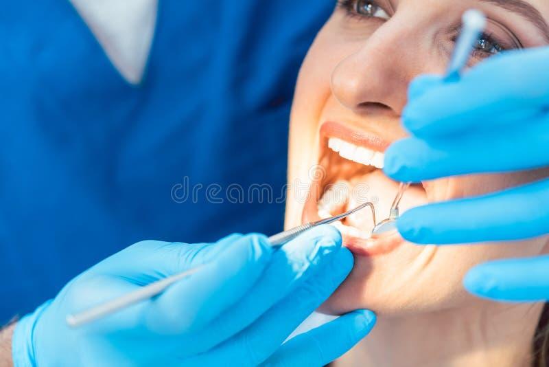 Κινηματογράφηση σε πρώτο πλάνο του ανοικτού στόματος μιας γυναίκας με το άσπρο και υγιές γράμμα Τ στοκ εικόνα