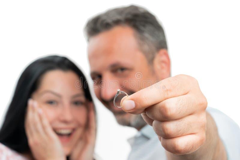 Κινηματογράφηση σε πρώτο πλάνο του δαχτυλιδιού αρραβώνων στοκ φωτογραφίες με δικαίωμα ελεύθερης χρήσης