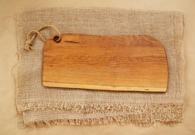 Κινηματογράφηση σε πρώτο πλάνο του δρύινου τεμαχίζοντας πίνακα sackcloth Αγροτική έννοια υποβάθρου κουζινών Κολάζ των φρέσκων λαχ στοκ φωτογραφία με δικαίωμα ελεύθερης χρήσης