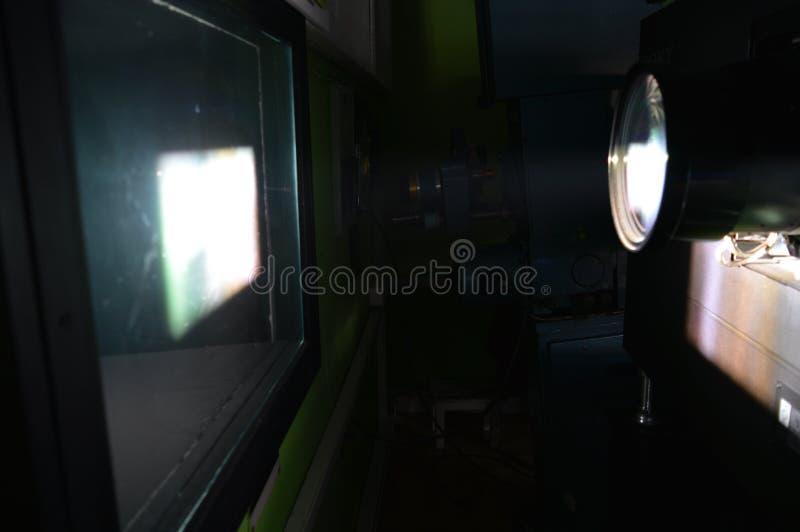 Κινηματογράφηση σε πρώτο πλάνο του επαγγελματικού προβολέα κινηματογράφων στοκ εικόνα