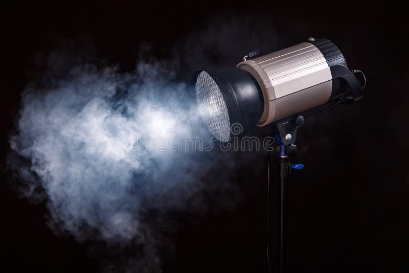 Κινηματογράφηση σε πρώτο πλάνο του επαγγελματικού φωτός στούντιο Έννοια photoshoot στην ομίχλη στοκ φωτογραφία με δικαίωμα ελεύθερης χρήσης