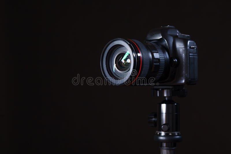 Κινηματογράφηση σε πρώτο πλάνο του επαγγελματικού photocamera στο στούντιο στο μαύρο backgrou στοκ εικόνα με δικαίωμα ελεύθερης χρήσης