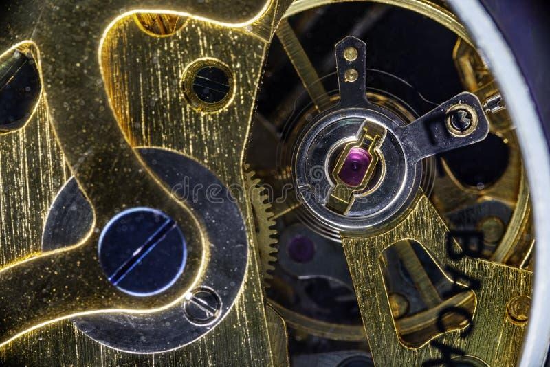 Κινηματογράφηση σε πρώτο πλάνο του εσωτερικού μηχανισμού ενός εκλεκτής ποιότητας αναλογικού μόνος-τυλίγοντας ρολογιού στοκ φωτογραφία