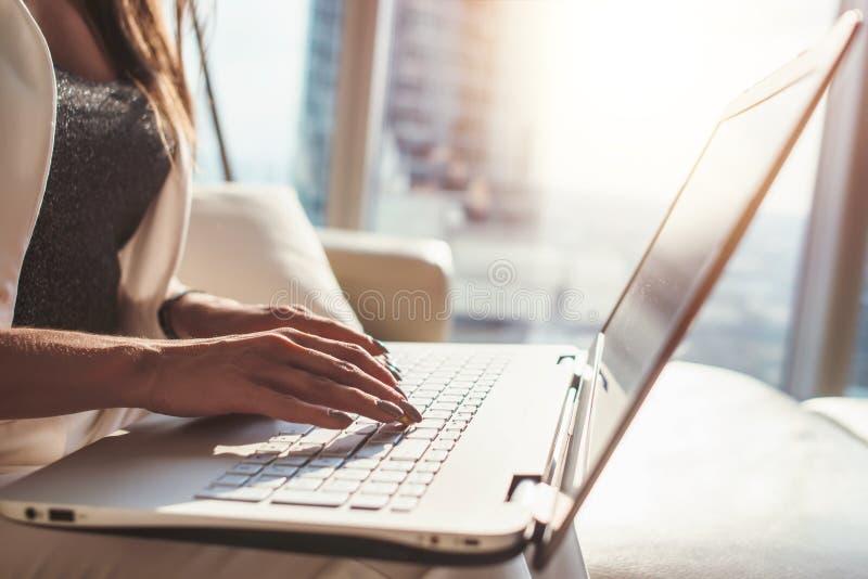 Κινηματογράφηση σε πρώτο πλάνο του θηλυκού που λειτουργεί στη συνεδρίαση lap-top στην αρχή στοκ φωτογραφία με δικαίωμα ελεύθερης χρήσης