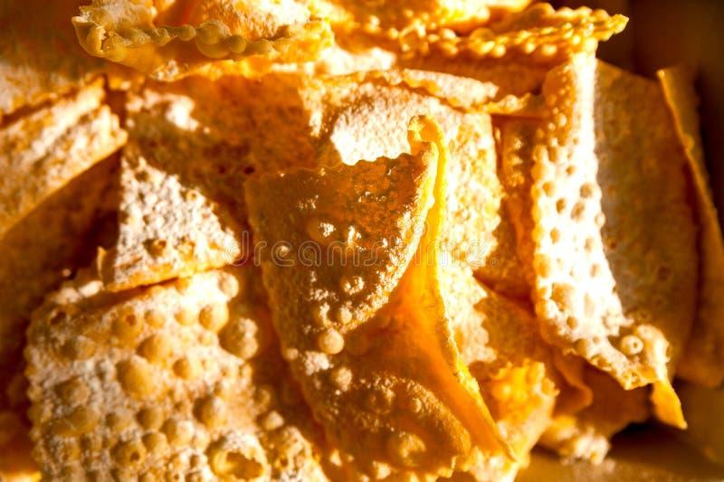 Κινηματογράφηση σε πρώτο πλάνο του ιταλικού παραδοσιακού γλυκού crostoli καρναβαλιού γνωστού ως φτερά αγγέλου στοκ φωτογραφία