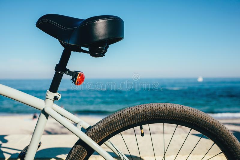Κινηματογράφηση σε πρώτο πλάνο του καθίσματος και της ρόδας ποδηλάτων στοκ φωτογραφίες με δικαίωμα ελεύθερης χρήσης