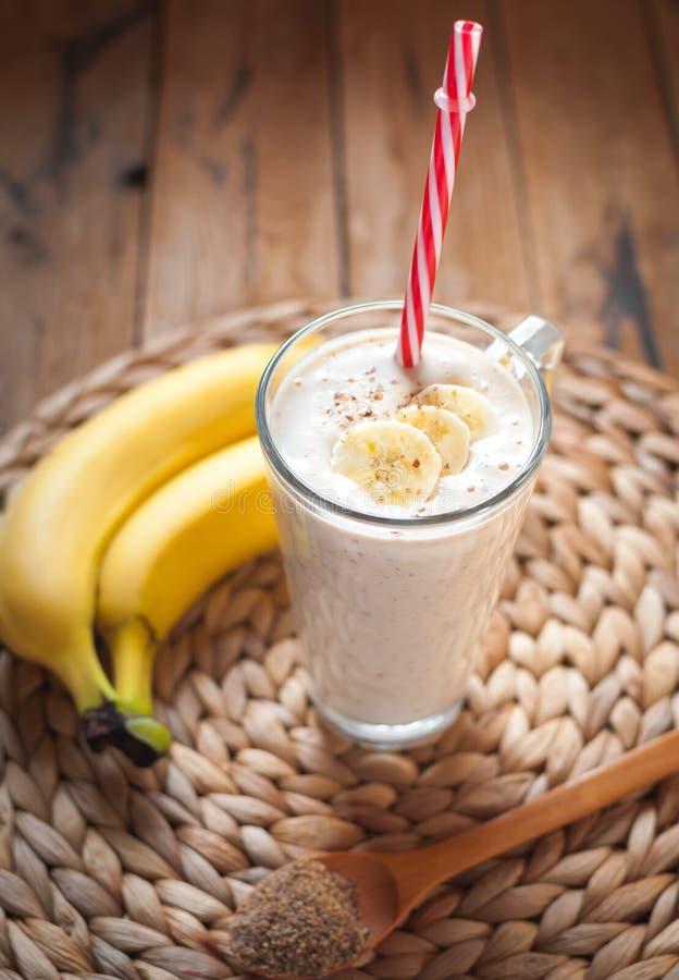 Κινηματογράφηση σε πρώτο πλάνο του καταφερτζή σπόρων μπανανών και λιναριού σε ένα γυαλί στο ξύλινο υπόβαθρο στοκ εικόνες με δικαίωμα ελεύθερης χρήσης