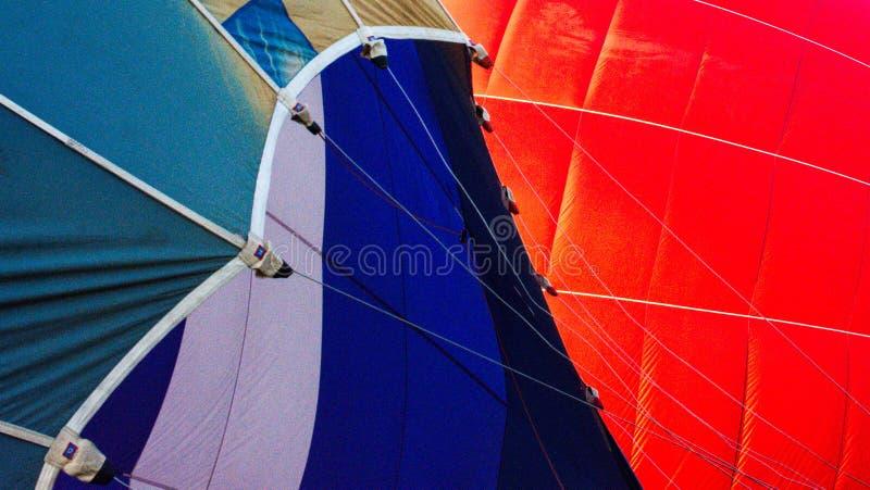 Κινηματογράφηση σε πρώτο πλάνο του κόκκινου και μπλε μπαλονιού ζεστού αέρα στοκ εικόνα
